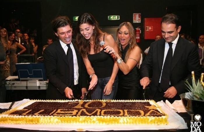 Decimo compleanno del Modà, ottobre 2009. Belen e Aldo al tavolo, Belen taglia la torta con i fondatori del locale Luca Frigerio (sinistra) e Pietro Simonetta (destra)