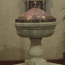 Torna in chiesa  il fonte battesimale  ridotto a fioriera