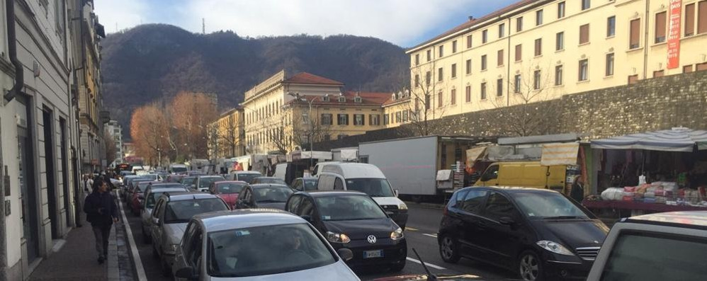Passaggio a livello bloccato  Traffico in tilt in viale Battisti