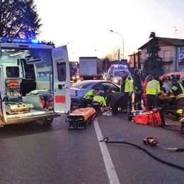 Drammatico frontale ad Albese  Paura per due incastrati nei veicoli