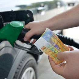 Scende il prezzo della benzina  In Svizzera? Non conviene più