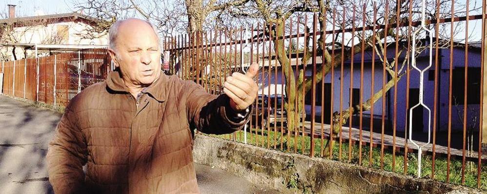 Agguato dei ladri per strada  Cantù, rapinato anziano in bici
