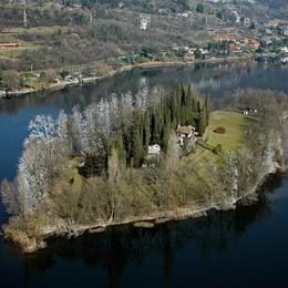 La canoa si rovescia per il vento  Dramma sfiorato nel lago di Pusiano