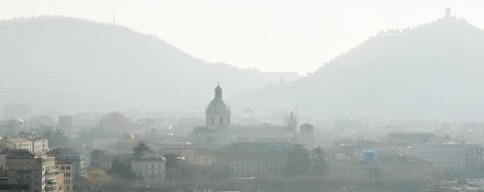 Smog a Como, Lucini come Maroni:  «Il blocco del traffico non serve a niente»