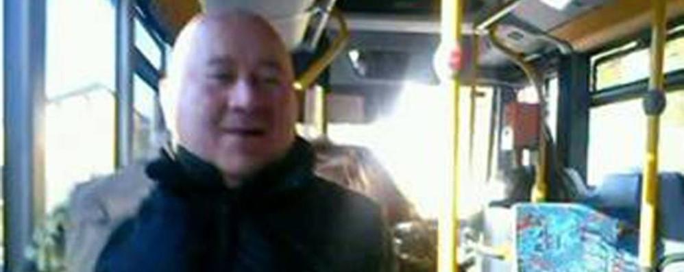 Albiolo, l'autista cambia bus  per far salire il disabile