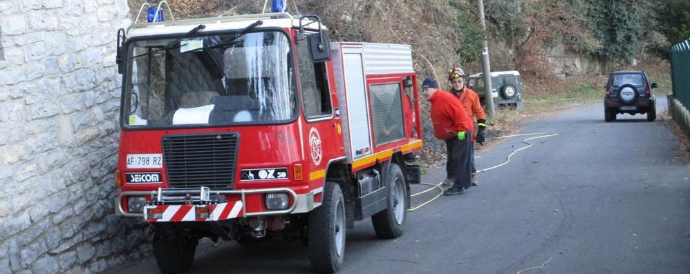 Allarme a San Fedele Intelvi  Incendio vicino alle case