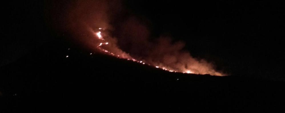 Incendio a Pigra   A fuoco un intero pascolo