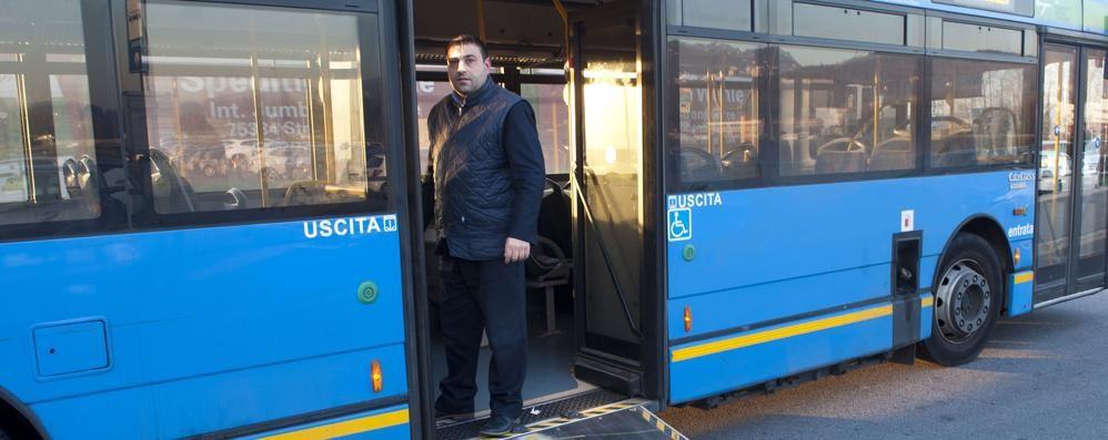 L'autista , il bus e il disabile  «Macché eroe, farlo salire   era soltanto il mio dovere»