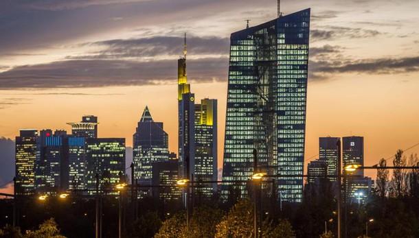 Bce:economisti tagliano stime inflazione