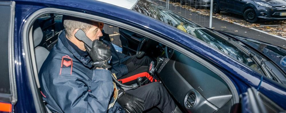 Cerca di spaccare una vetrata  e reagisce ai carabinieri: arrestato