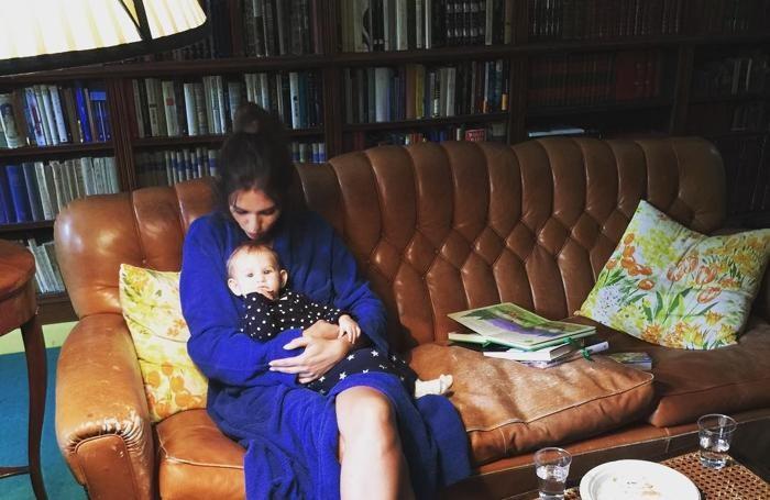 Bianca Balti al lavoro a Villa Erba Cernobbio con la figlia servizio fotografico per Harpers Bazaar foto dal suo profilo instragram il fotografo è Giovanni Gastel con il nipote Guido Taroni