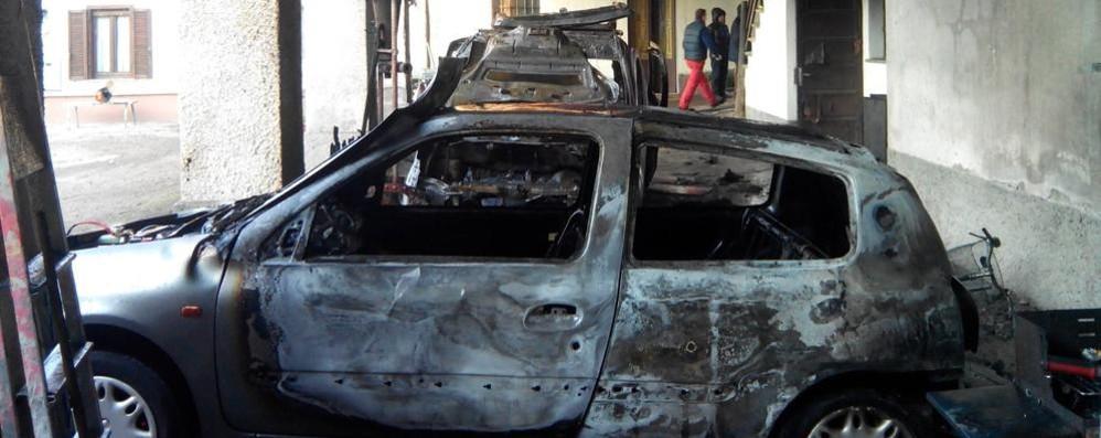 Carugo, l'auto va a fuoco  Due persone intossicate