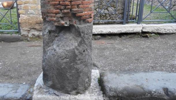 Pompei: si è distaccata parte colonna