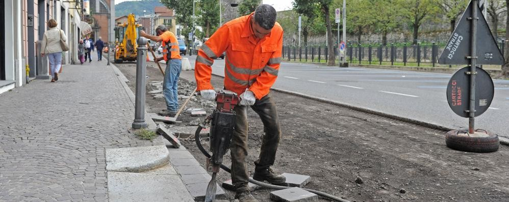 """Buche, c'è il """"super asfalto""""  Ma Como non ha soldi"""