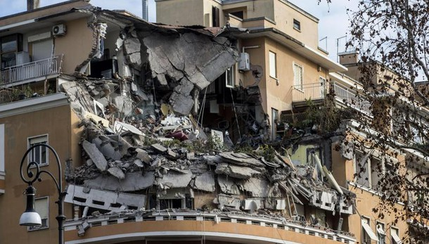 Inquilini palazzo, rischio altri crolli
