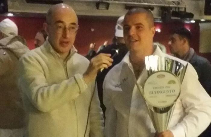 Davide Falzone, a destra, con il trofeo europeo