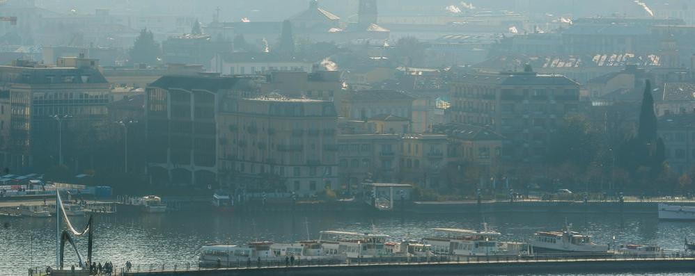 Como, la pioggia non fa calare lo smog Polveri sottili ancora ben oltre il limite