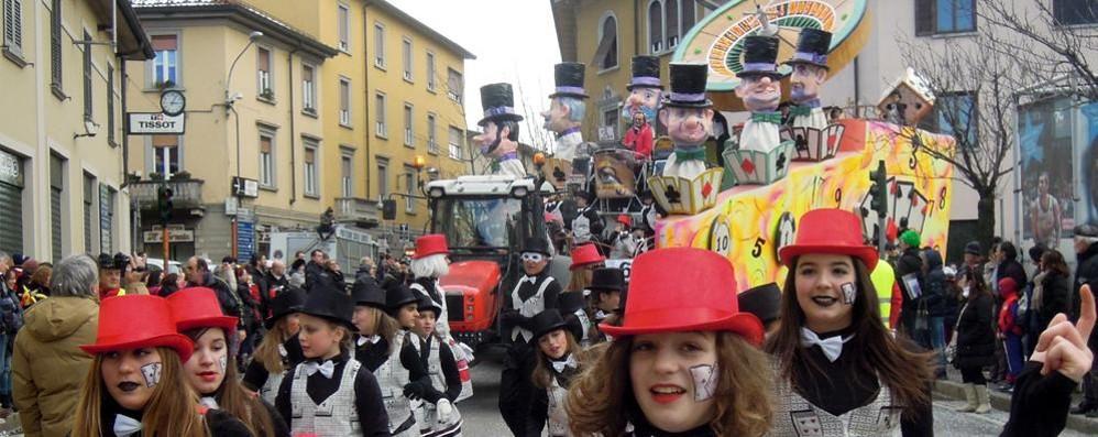 Carnevale a Cantù, prima sfilata  Obiettivo diecimila spettatori