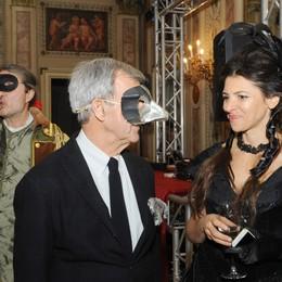 Como sala bianca del Casino Sociale Un ballo in maschera per Sim...patia, nella foto Gerolamo Saibene di Sim..patia e Draga Obradovich design