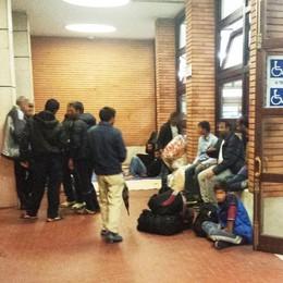 Profughi dimenticati in stazione  La Caritas: «Manca la volontà politica»