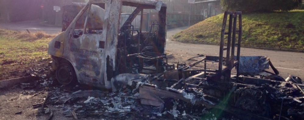 Camper bruciato dai botti È stato un tredicenne