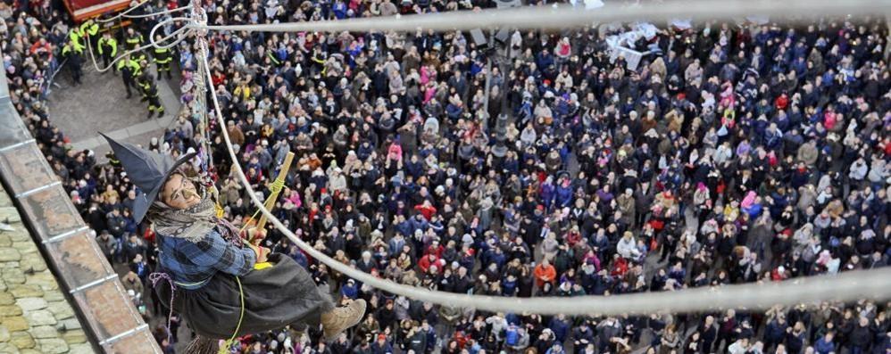 Como, folla in piazza Duomo  Che successo per la Befana   GUARDA LE FOTO