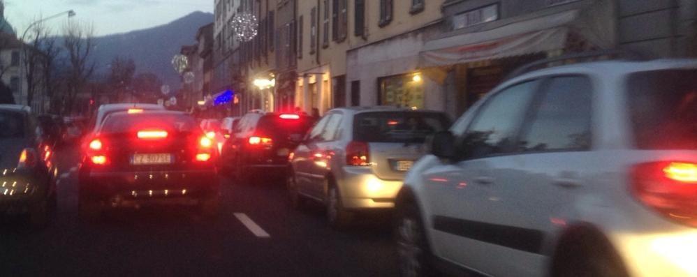 Il solito caos di auto Traffico in tilt a Como