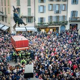 Como la befana della Città dei Balocchi in piazza Duomo