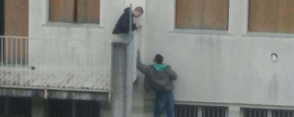 Abusivi imprigionati nella palazzina   I vicini di casa chiamano i carabinieri