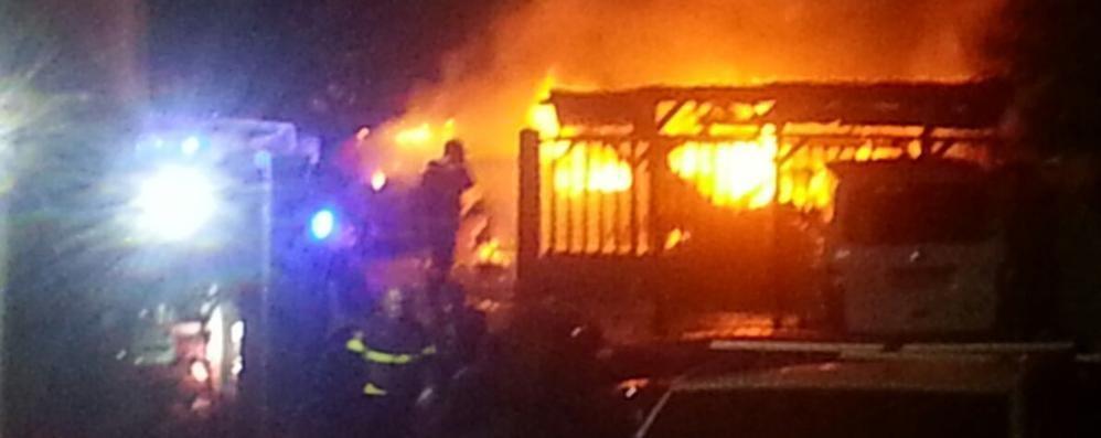 Cavallasca, rogo in carrozzeria  Distrutte sette auto e un camion