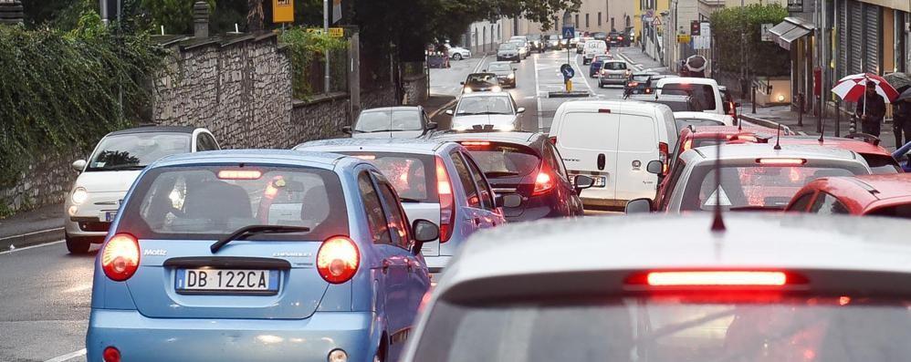 Via Bixio, Como bloccata,  40 minuti per 6 chilometri