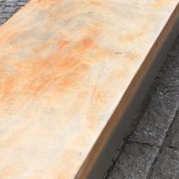 Piazza Volta, panchine scolorite  «L'impresa deve verniciarle»