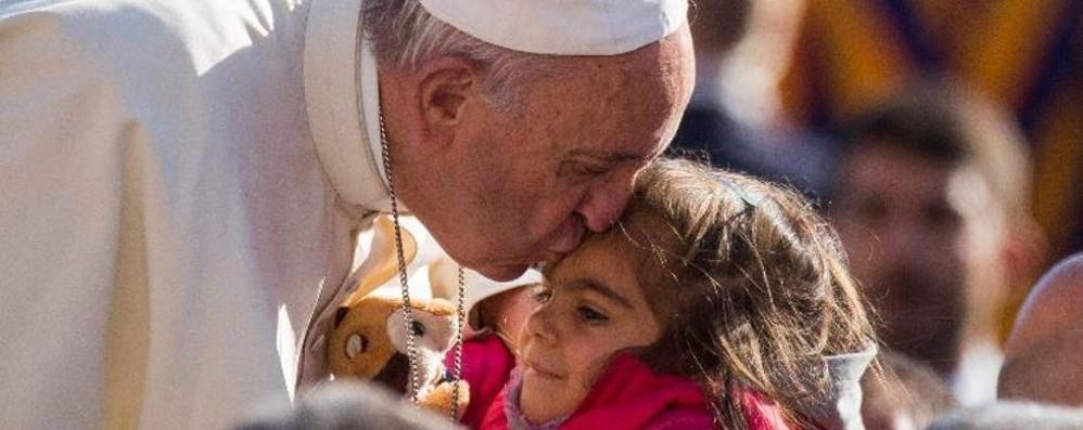 Il Papa abbraccia una bimba comasca