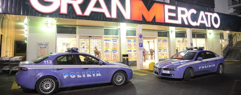 Assalto al super, caccia a due banditi In fuga con tremila euro