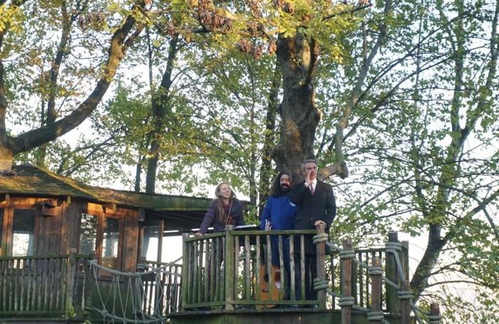Simone Gavazzi, Andrea Parodi e Alice Marini intrattengono i partecipanti dalla casa sull'albero
