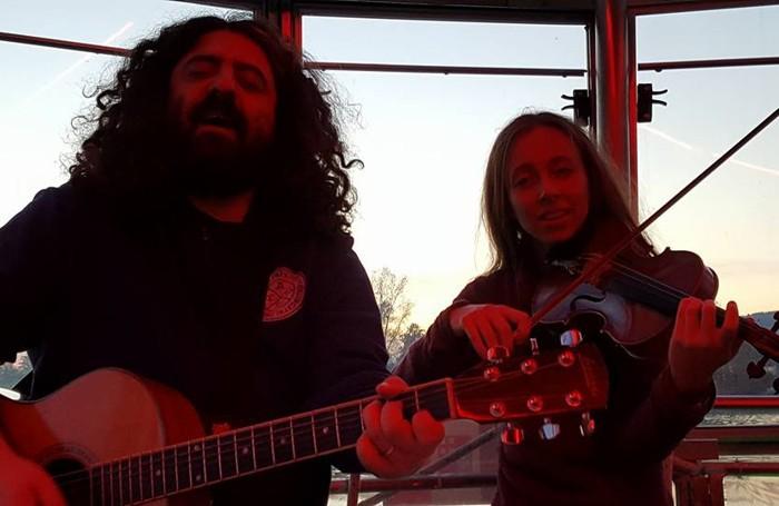 Concerto al tramonto: Andrea Parodi e Alice Marini suonano durante il rientro in motonave