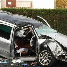 Con l'auto contro l'albero  Due feriti gravi a Solbiate