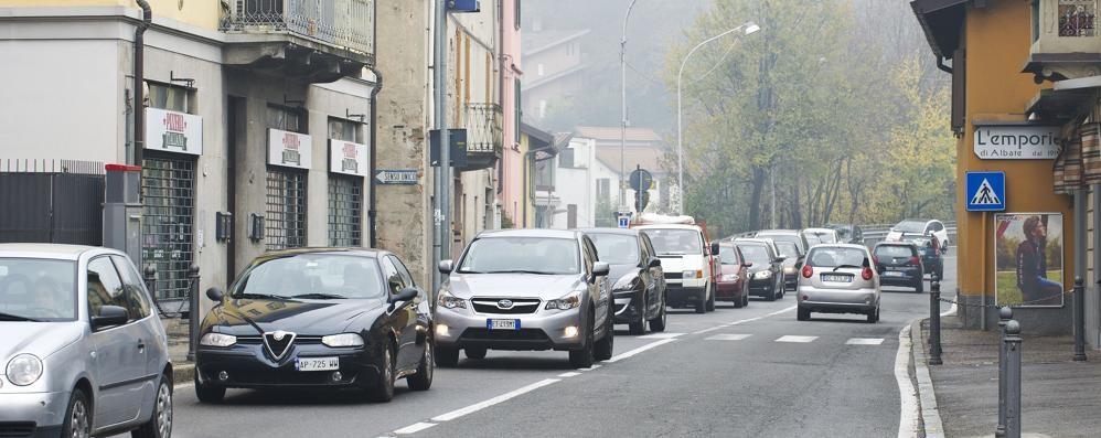 Albate, code e proteste  per i lavori in via Frisia  Dureranno due mesi