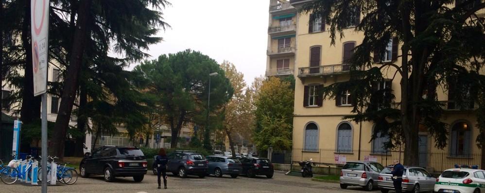 Como, blitz in piazza Cacciatori: spunta il divieto e fioccano subito le multe