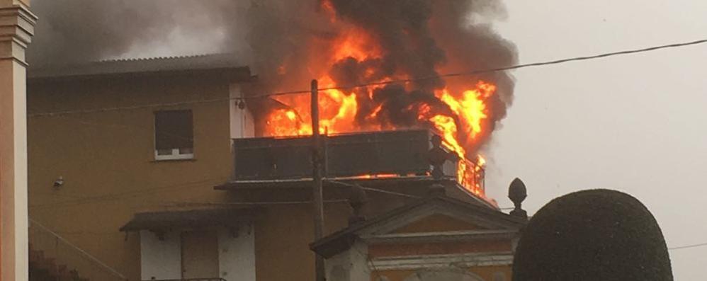 Incendio nella palazzina  Allarme a fino Mornasco