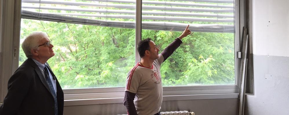 """Porte e finestre rotte al """"Romagnosi""""  Ecco i soldi svizzeri per Erba"""