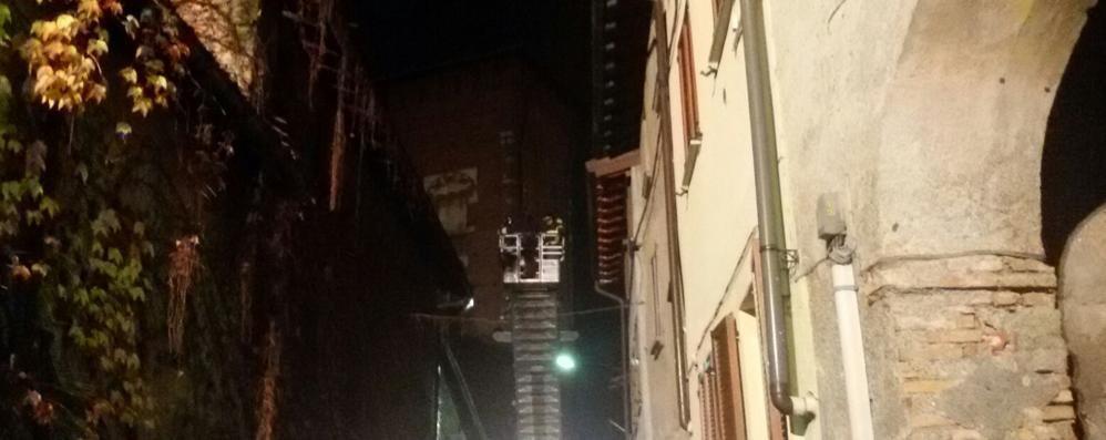 Lomazzo, crolla un pezzo di tetto  Paura per una famiglia in centro