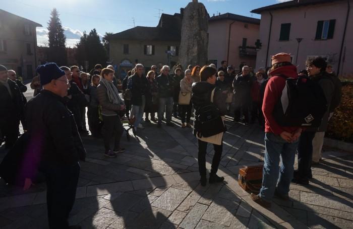 La partenza della passeggiata poetica in piazza Roma a Montorfano