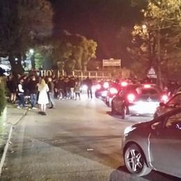 Erba,  pagano il biglietto ma restano fuori  In troppi alla festa, caos e proteste