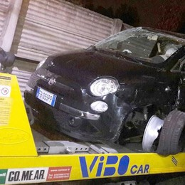 Jaguar rubata in fuga  Frontale: ragazza ferita