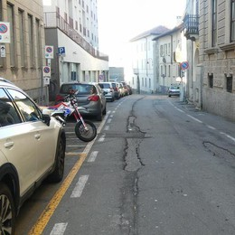 Buche a Cantù, che disastro  Si asfalta anche a dicembre