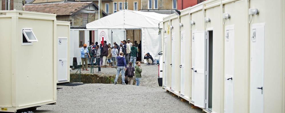 Alta tensione al centro migranti  Tutto per sette cellulari rubati