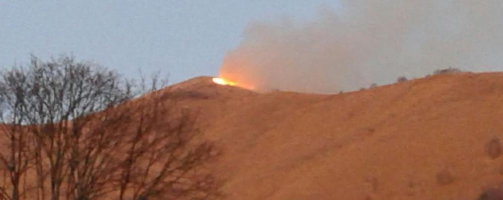 Sormano, brucia il San Primo  È il quarto incendio in un anno
