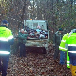 Tre camion di rifiuti   nella scarpata a Beregazzo