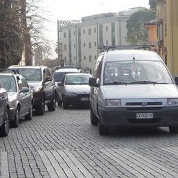 Erba, caos in piazza della chiesa  «Via le automobili e più controlli»